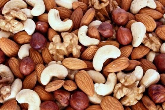 Os frutos secos são ricos em nutrientes como gorduras boas que melhoram o colesterol, zinco, magnésio, vitamina do complexo B, selênio e fibras. Assim, esses frutos trazem benefícios para a saúde