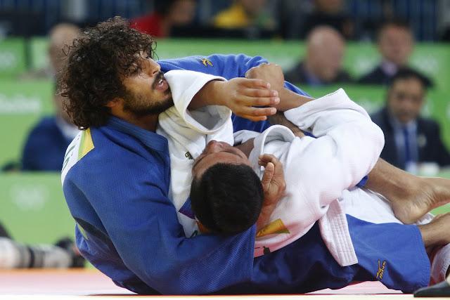 Asley González (azul) de Cuba, derrota a Marcus Michel (blanco) de Bolivia, en las preliminares de la categoría de los 90  Kg del judo masculino de los Juegos Olímpicos de Río de Janeiro, en el Arena Carioca 2, en Barra de Tijuca,  Brasil, el 10 de agosto de 2016.