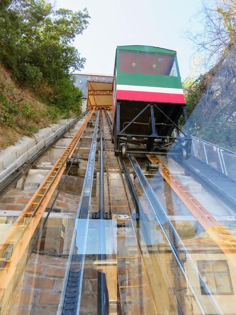 Day trip from Santiago to Valparaiso: Historic ascensor in Valpo