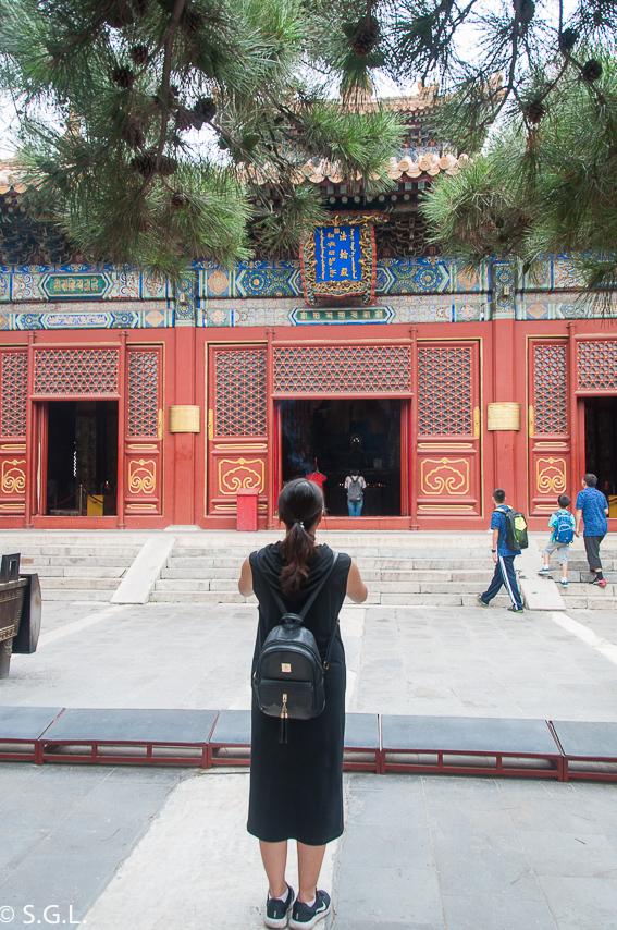 China rezando en Templo de los Lamas. Primer dia en China