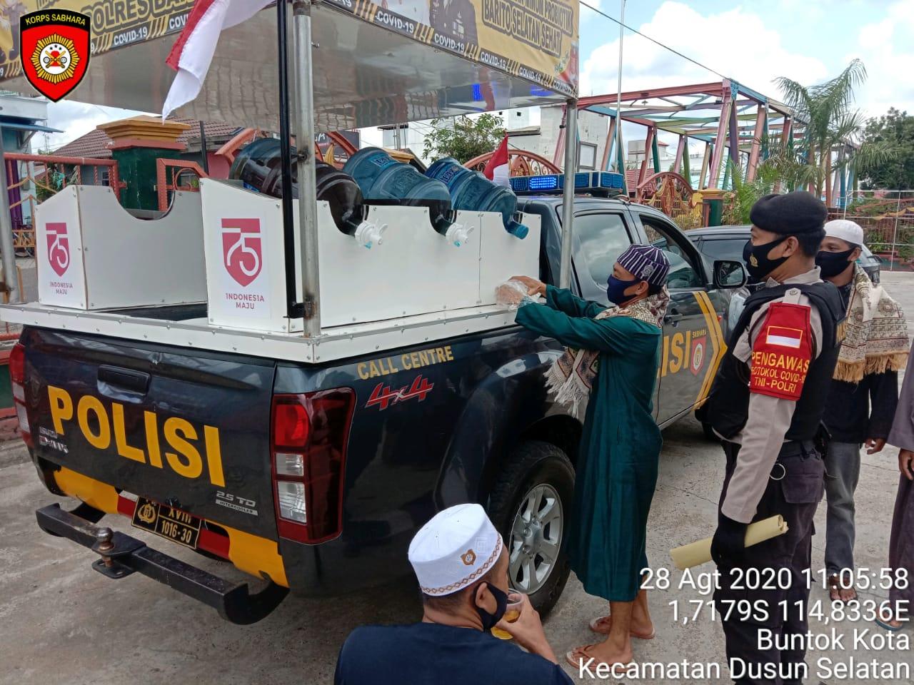 Jumat Berkah, Mobil Kebal Covid-19 Polres Barsel Bagikan Air Suplemen Kepada Jemaah Sholat