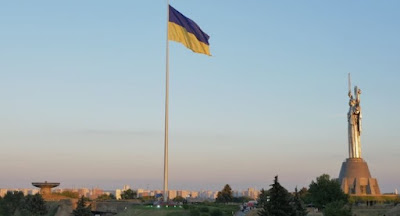 В Киеве поднят наибольший в стране флаг