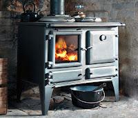 İçinde odun yanan fırınlı bir kuzine sobası