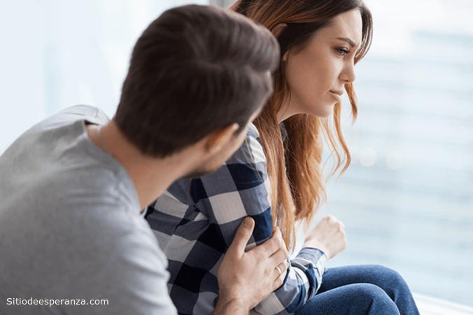 Hombre consuela mujer preocupada
