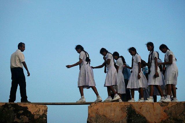 Bagaimana Jika Jalan Sekolahmu Berbahaya Seperti Ini Masih Malas Sekolah? Bagaimana Jika Jalan Sekolahmu Berbahaya Seperti Ini..!