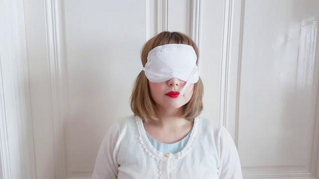 Auris hat eine weiße Maske auf den Augen