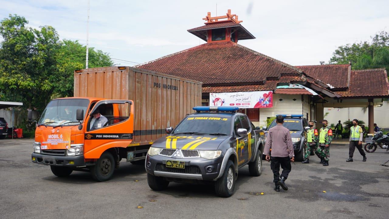 Kapolres Purbalingga Serahkan Bantuan Untuk Korban Tanah Bergerak di Pengadegan