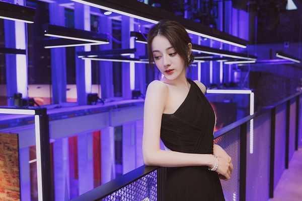 Quá xinh đẹp tại sự kiện, Địch Lệ Nhiệt Ba ngay lập tức lọt top 1 tìm kiếm trên Weibo