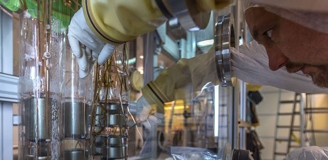 Working on the germanium detector array in the clean room of Gran Sasso underground laboratory. Image: J. Suvorov / GERDA