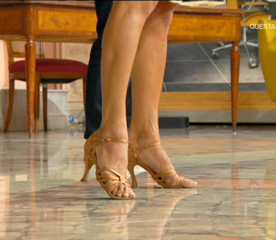 Samanta Togni piedi e scarpe aperte primo piano