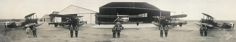 Photgraphie panoramique d'avions et de pilotes prise par Eugene O. Goldbeck vers 1927