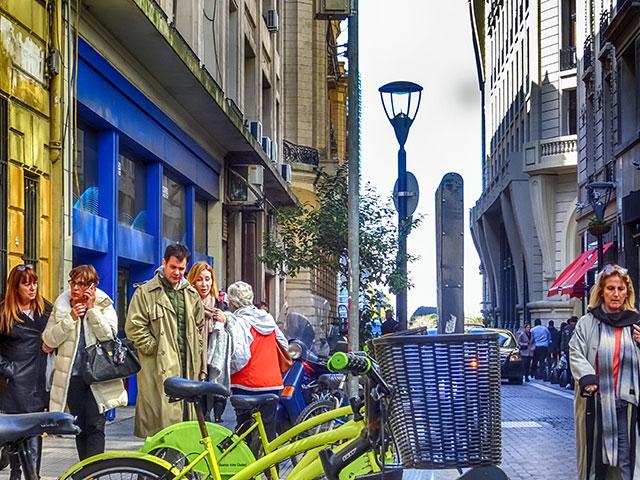 Microcentro Buenos Aires una pareja observando un puesto de bicicletas municipales
