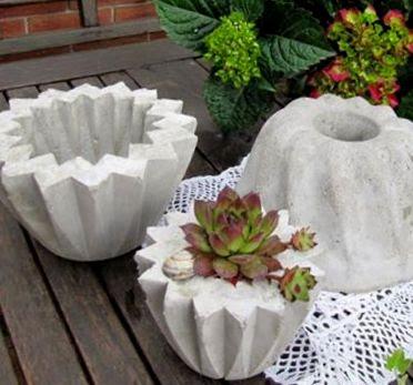 Blumentöpfe und Zementkuchen