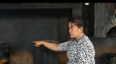 Istri Dadang Sedang Memasak untuk penguni panti