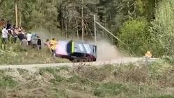 Σε τραγωδία πήγε να εξελιχθεί ένας αγώνας αυτοκινήτων στη Ρωσία, καθώς ένα όχημα εξετράπη σε μια στροφή και παραλίγο να πέσει στους θεατές. ...