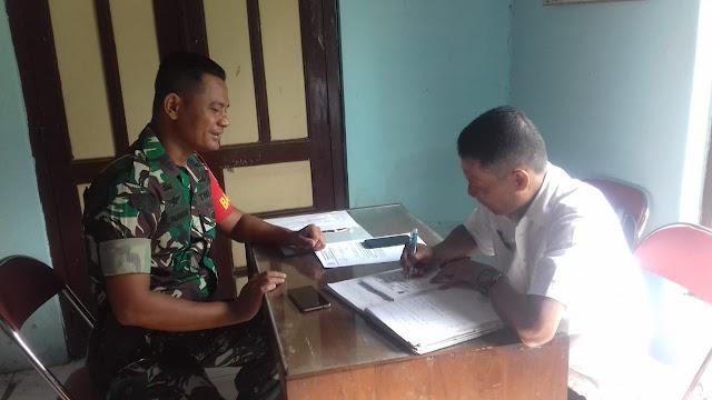 Babinsa Serda Suparman Berkomunikasi dengan perangkat desa kuncen