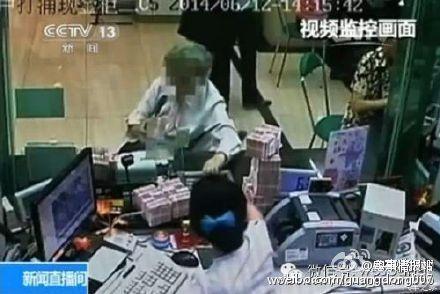 Bà lão đã làm một việc bất ngờ khi bị mời ra khỏi ngân hàng vì rút số tiền quá ít