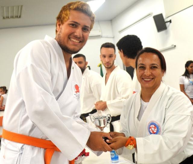 Karatê da Ilha graduou 32 novos atletas e anunciou classificação para importantes competições em 2017