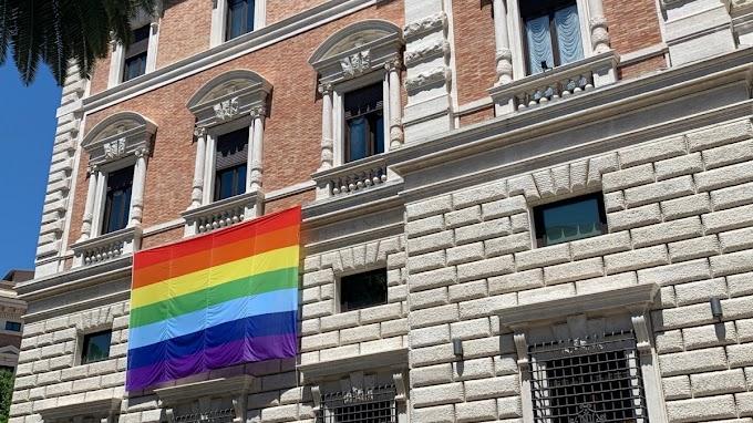 Kitűzték a szivárványzászlót az USA vatikáni nagykövetségére