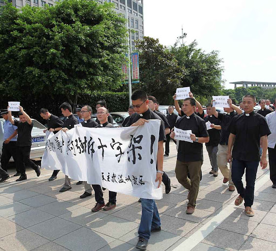 Outro aspecto da manifestação contra a remoção forçada das cruzes.