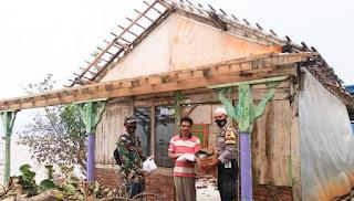 Babinsa Dan Bhabinkamtibmas Salurkan Paket Sembako Untuk Korban Cuaca Buruk