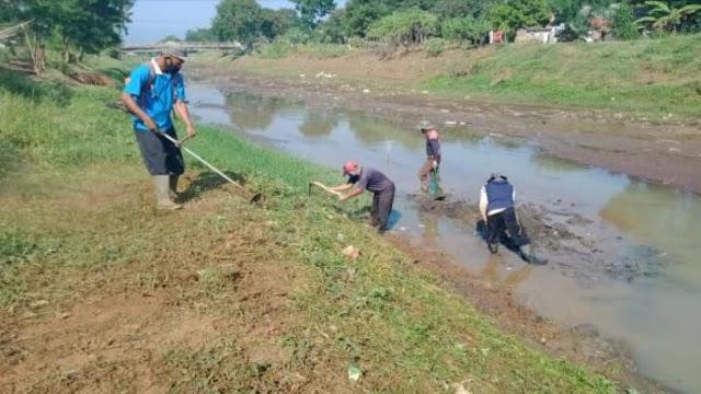 Satgas Sektor 21-3 Angkat 100 Kg Sampah dari Sepanjang 65 Meter Sungai Cipamokolan