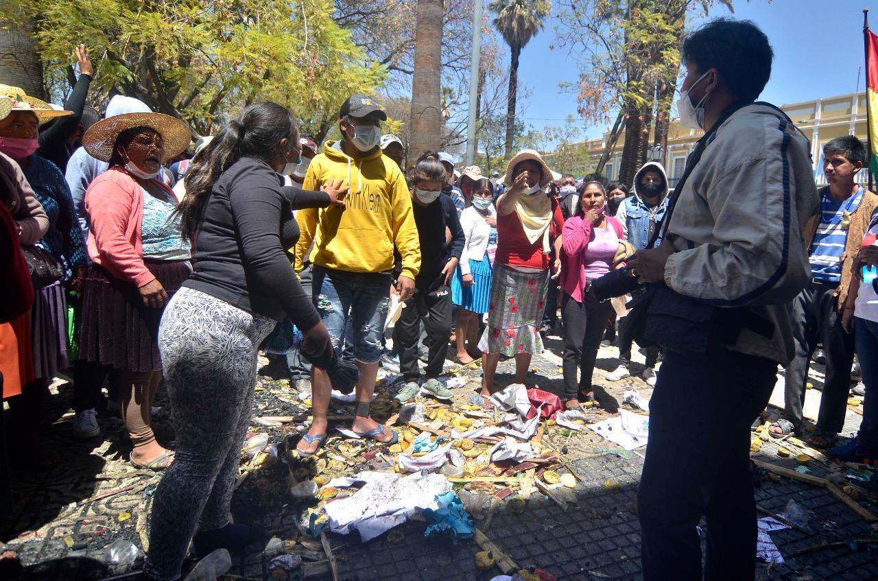 Un grupo de personas amenaza al fotógrafo del diario Los Tiempos, Daniel James, en la plaza 14 de Septiembre, el jueves 24 / PRENSA COCHABAMBA