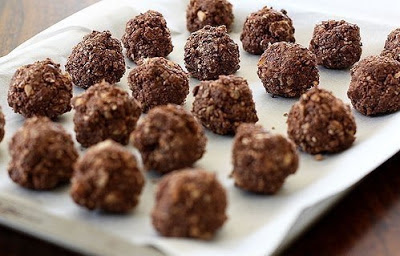 домашние конфеты рецепт, домашние шоколадные конфеты рецепт, как приготовить шоколадные конфеты самостоятельно, как приготовить шоколадные конфеты дома рецепт, приготовление домащниъ конфет рецепт с фото, из чего приготовить домашние конфеты, с чем приготовить домашние конфеты, ингредиенты для приготовления конфет, домашние корфеты своими руками, дизайнерские конфеты, лакомства своими руками, лакомства для детей в домашних условиях, конфеты в домашних условиях, вкусные конфеты рецепт, Домашние конфеты «Bounty», Кокосовые яйца с клубникой, Конфеты «Кокосовый рай» в белом шоколаде с желейной начинкой, Конфеты «Сухофрукты в шоколаде», Конфеты «Чернослив в шоколаде» с изюмом и курагой, Конфеты шоколадные с кешью и халвой, Чернослив в шоколаде, Шарики Баунти, Шоколадно-клубничные сердечки, Шоколадные конфеты с кремовой начинкой, Шоколадные конфеты с нутеллой,