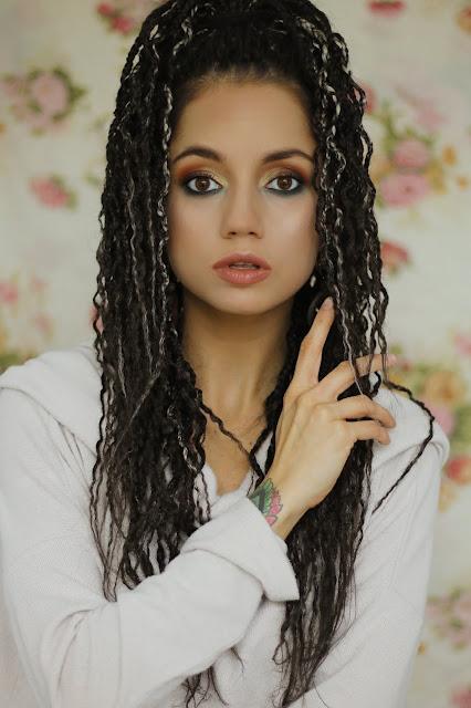 Makijaż jesienny z akcentem turkusowej zieleni