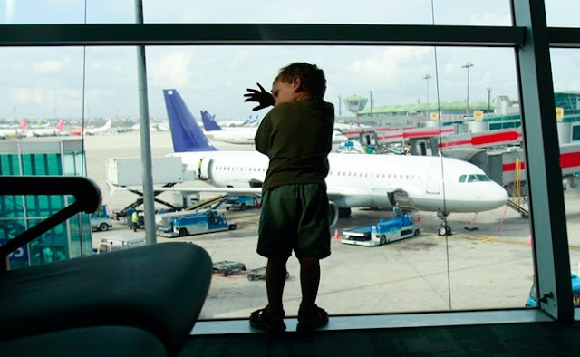 The family of 3 was evicted from the plane because the son did not have shoes