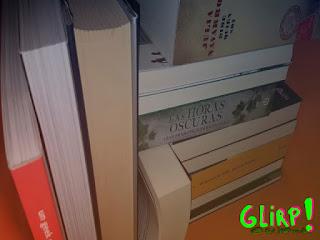 Libros apilados en una estantería