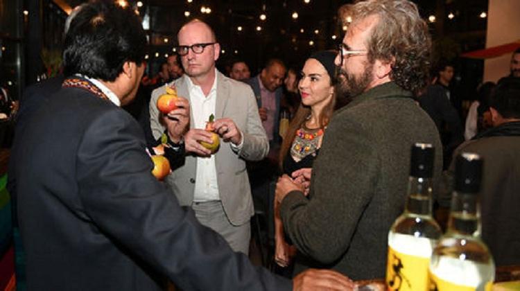 Morales junto a Valdivia reunidos con el director norteamericano Steven Soderbergh en 2017 / ARCHIVO ABI