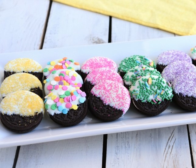 Easy and Pretty Dipped Spring Oreos #desserts #easterdessert