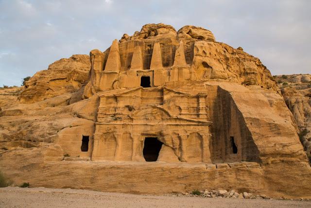 Tumba de los Obeliscos al atardecer en Petra, Jordania