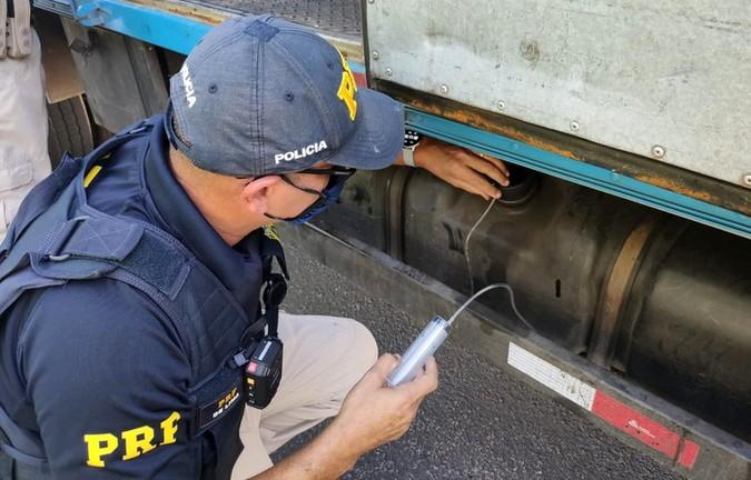 Excesso de poluição: PRF flagra caminhões utilizando ARLA 32 adulterado