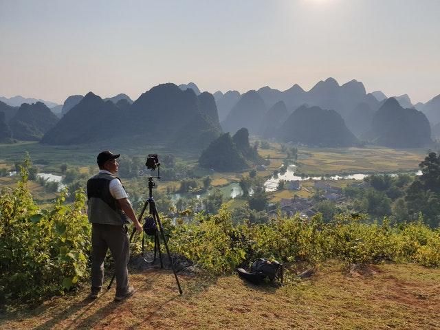 fotografer landscape menggunakan kamera dan lensa untuk foto landscape