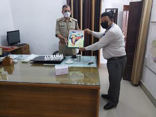 जालौन अपर पुलिस अधीक्षक का सम्मान करते अरुण कुमार गुप्ता  Arun Kumar Gupta honors Jalaun Additional Superintendent of Police          Reporter Sanjeev Sipaulya