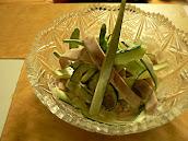 魚肉ソーセージとキュウリサラダ