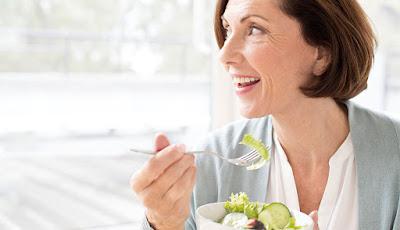 لا تبتعد أبدا عن هذه الأطعمة .. إذا بلغت الخمسين
