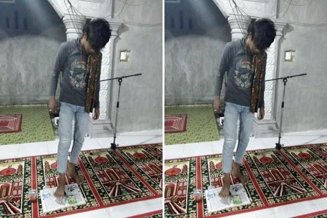 Di Bulan Ramadhan, Pemuda Ini Justru Pamer Injak Al Qur'an Lewat Media Sosial