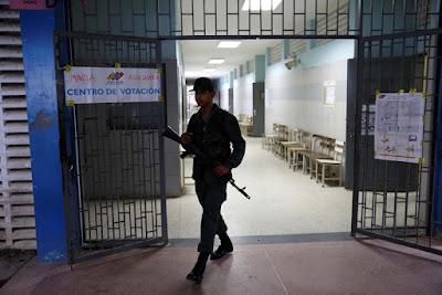 Efectivos del Plan República impiden que trabajadores de la prensa tengan acceso a los centros de votación en varios estados del país durante las elecciones regionales que se realizan este domingo.