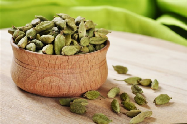 What are the benefits of cardamom for hair?