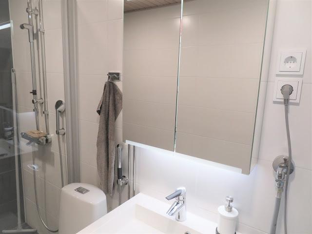 Peilikaapissa on peilipinta sekä edessä, sivuilla että sisällä ja sen alla on miellyttävä pehmeä valo