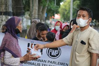 Peduli Sesama, FWP-IJTI NTB Berbagi Takjil di Simpang Empat Kantor Wali Kota
