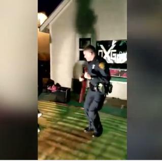 Policía llega por reporte de ruido, pero se pone a bailar