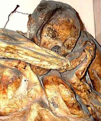 Foto de una momia de Guanajuato en posición de rezo