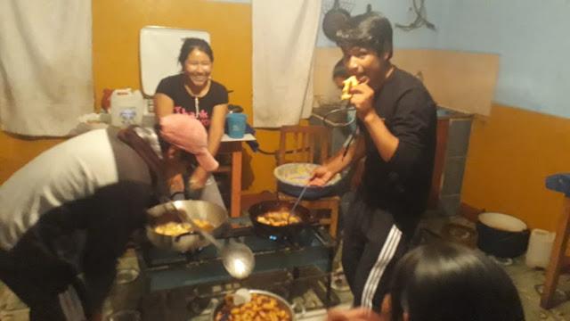 Mein Team sorgt für die Stärkung für die Kinder in Esmoraca Bolivien