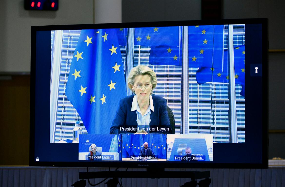 La presidenta de la Comisión Europea, Ursula von der Leyen, asiste a una reunión virtual en Bruselas, el 26 de noviembre de 2020 / VOA