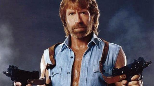 Chuck Norris usa dos Micro-UZI, porque así en Savage Worlds va a tiro fijo.