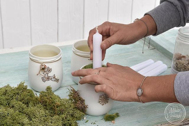 Marmeladenglas mit Kerze und Naturmaterialien.